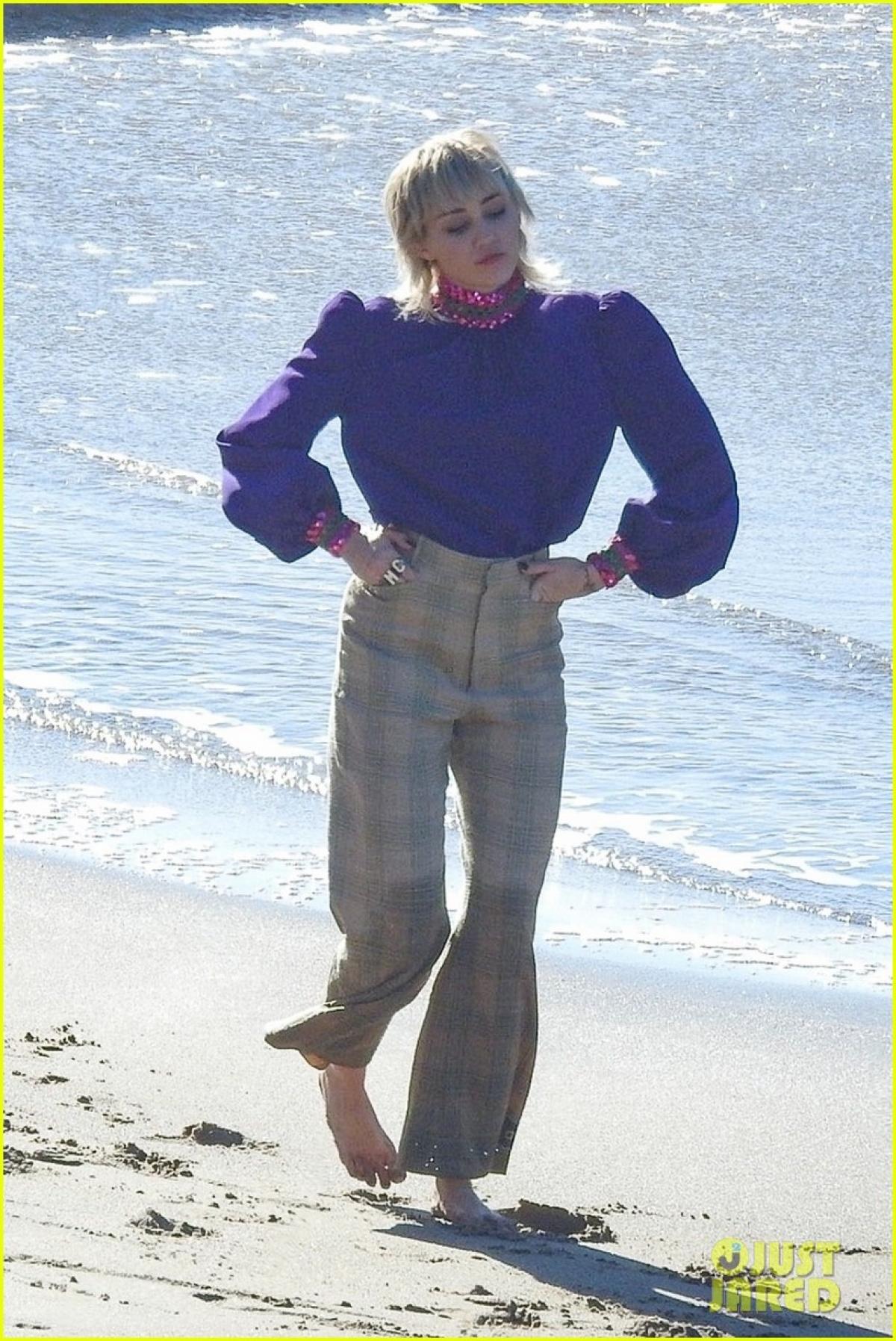 Miley Cyrus thu hút mọi ánh nhìn khi đang quay MV mới trên bãi biển ở Malibu ngày 18/1 vừa qua.