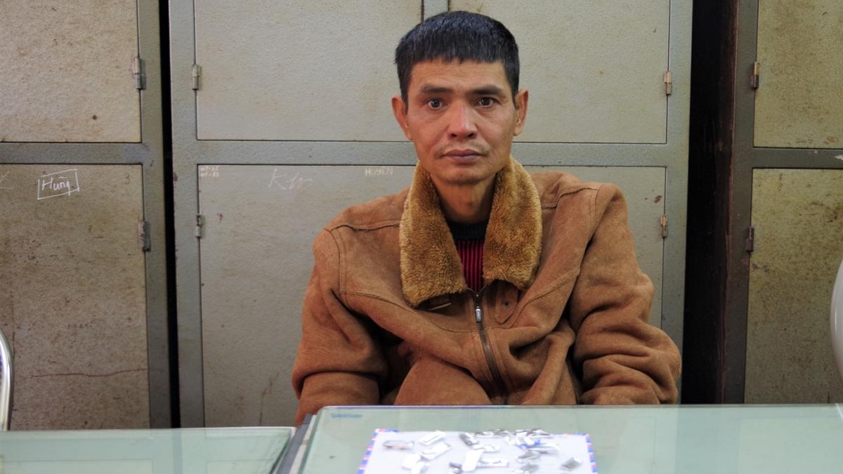 Đối tượng Lê Văn Hoàn cùng tang vật tại Cơ quan điều tra