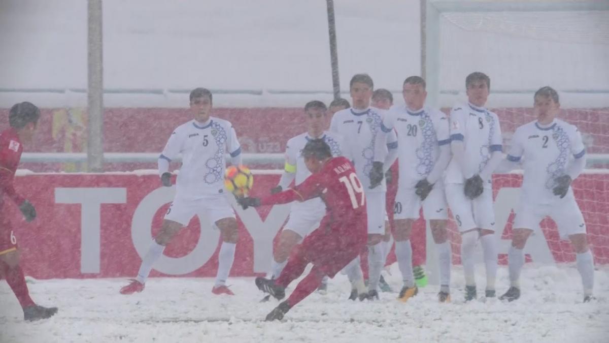 """Tròn 3 năm từ khoảnh khắc Quang Hải tạo nên tuyệt phẩm """"cầu vồng tuyết"""" vào lưới U23 Uzbekistan. (Ảnh: AFC)."""