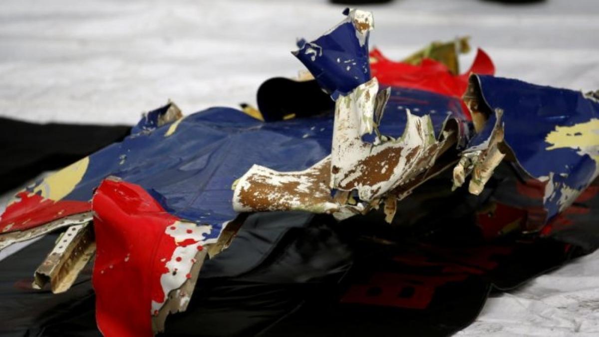 Các mảnh vỡ chiếc máy bay gặp nạn. Ảnh: Reuters