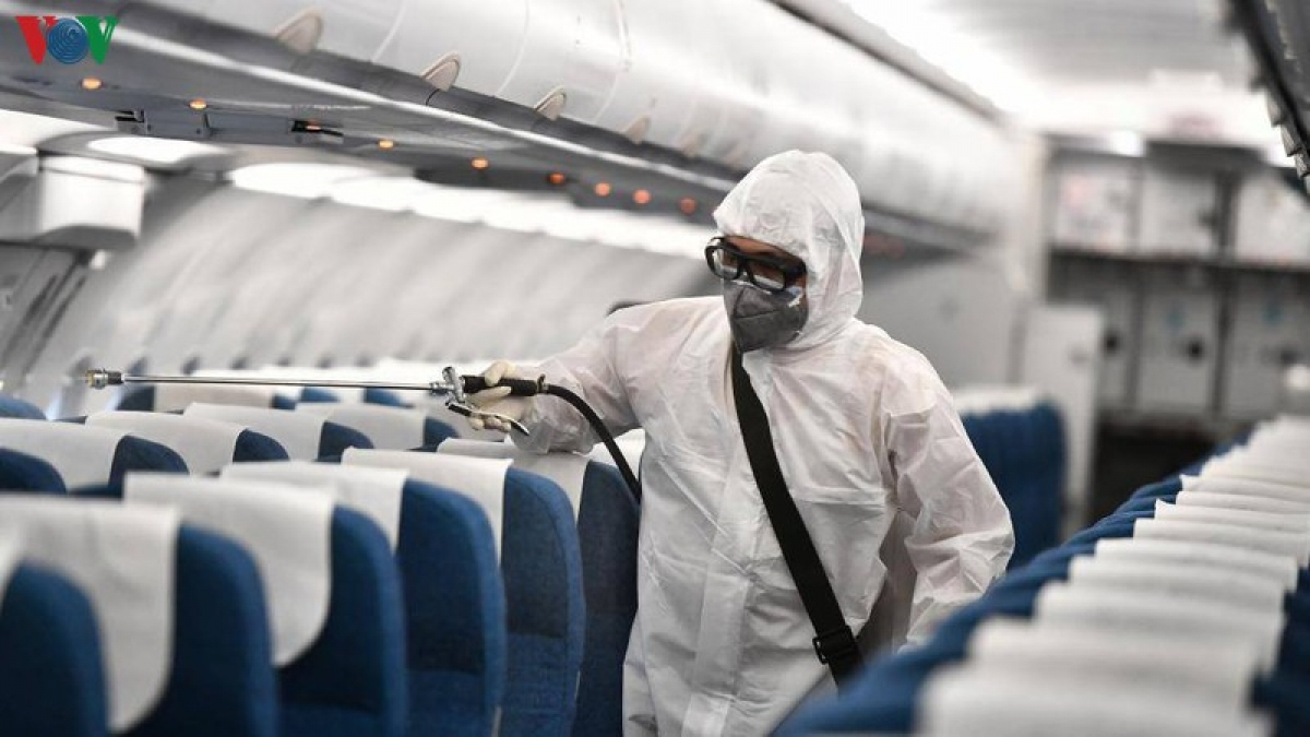 Việc khử khuẩn sau mỗi chuyến bay cũng được thực hiện để đảm bảo phòng chống dịch.