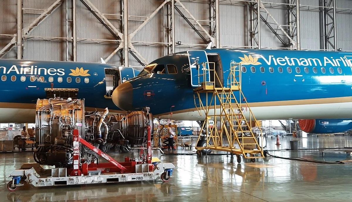 Máy bay đang được bảo dưỡng định kỳ tại sân bay Nội Bài.