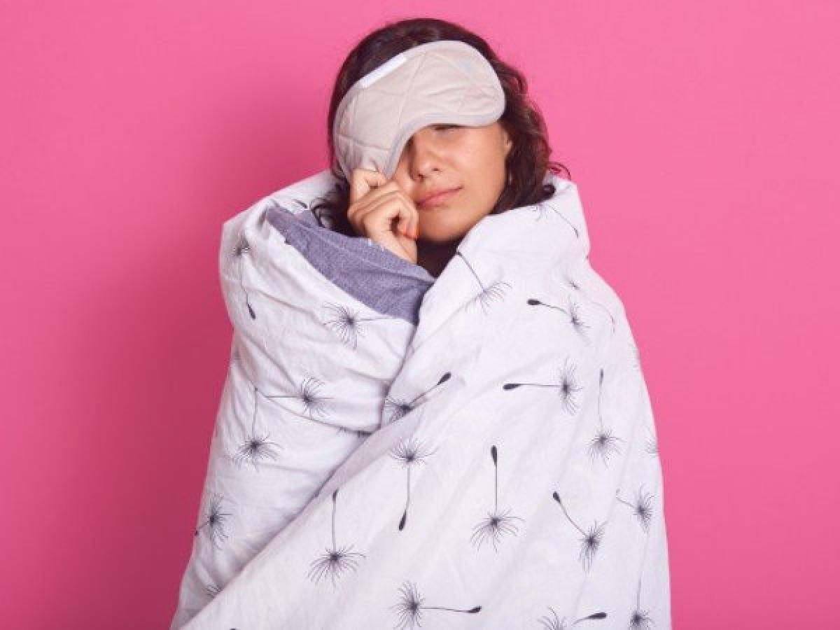 Thiếu ngủ: Ngủ đủ giấc và ăn uống đủ dinh dưỡng là hai yếu tố thiết yếu làm nên một lối sống lành mạnh. Mỗi người cần ngủ ít nhất 7 tiếng mỗi ngày để não bộ hoạt động hiệu quả và cơ thể có đủ năng lượng cho các sinh hoạt hằng ngày.