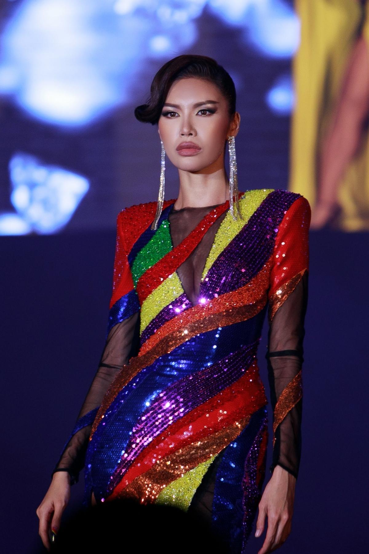 Minh Tú tinh tế lựa chọn thiết kế đầm dạ hội với 6 màu trong lá cờ lục sắc.