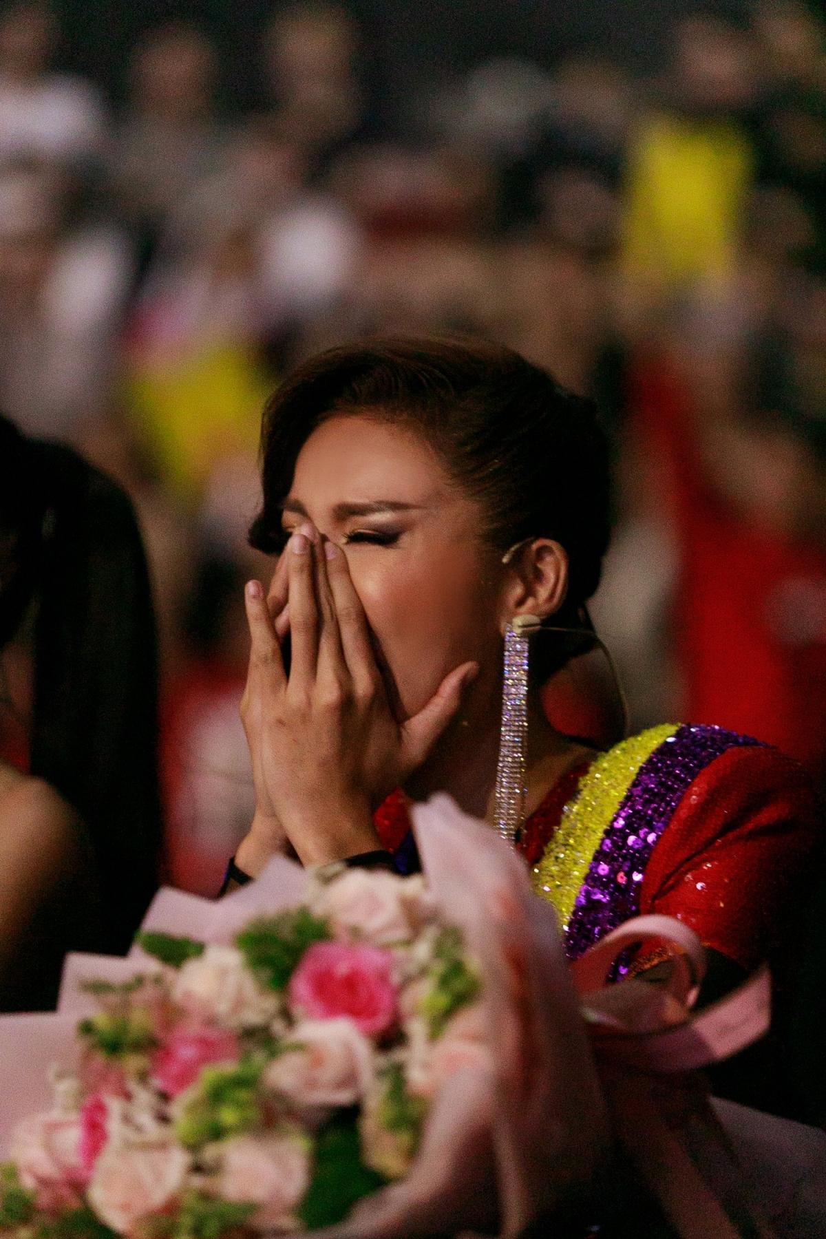 Khoảnh khắc học trò đăng quang, Minh Tú không giấu được niềm xúc động.