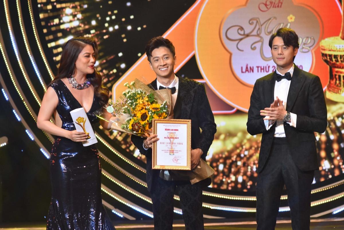 """Ngô Kiến Huy nhận giải Mai Vàng cho chương trình """"Sàn đấu ca từ""""."""