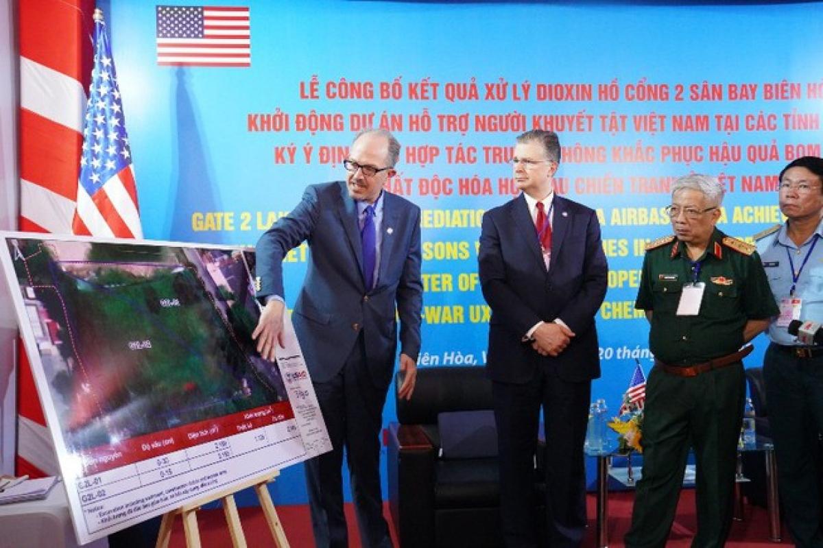 Thượng tướng Nguyễn Chí Vịnh, Thứ trưởng Bộ Quốc phòng Việt Nam và Đại sứ Mỹ tại Việt Nam Daniel J. Kritenbrink tại sự kiện. Ảnh: PLO