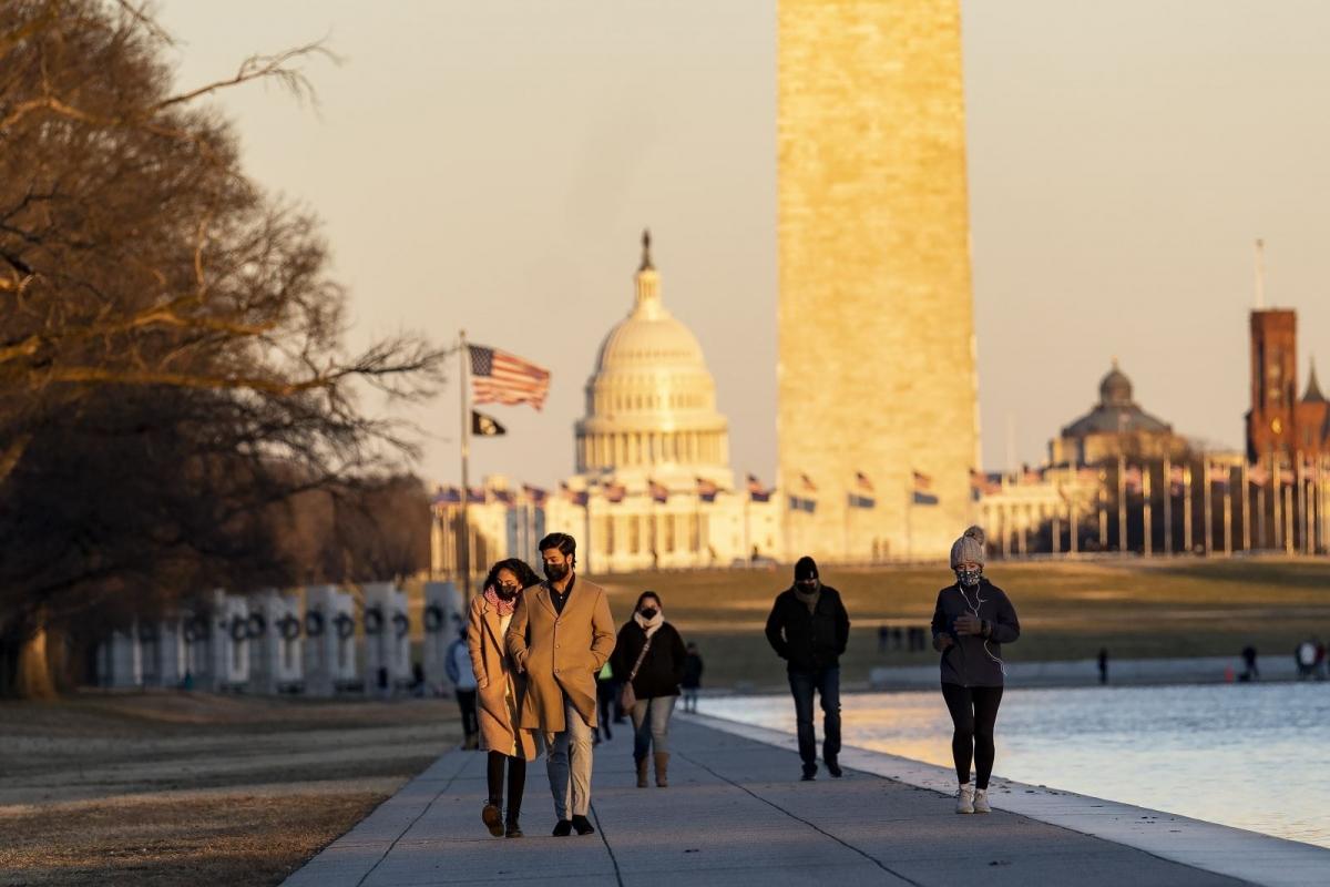 Người dân đeo khẩu trang phòng lây nhiễm Covid-19 tại Washington, D.C., Mỹ, ngày 23/1/2021. Ảnh: THX/TTXVN