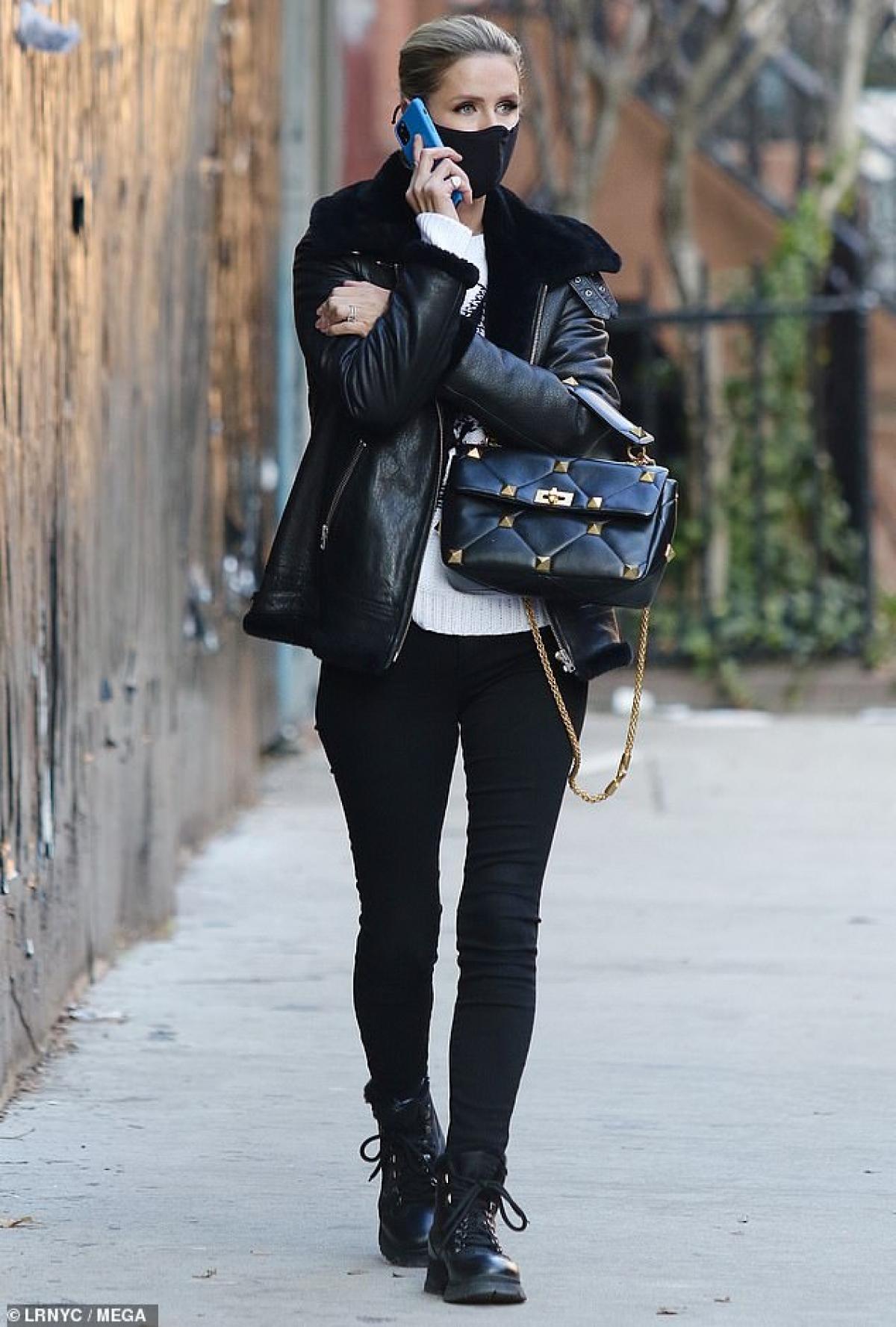 Em gái Paris Hilton diện hàng hiệu và cầm theo chiếc túi xách sang chảnh.