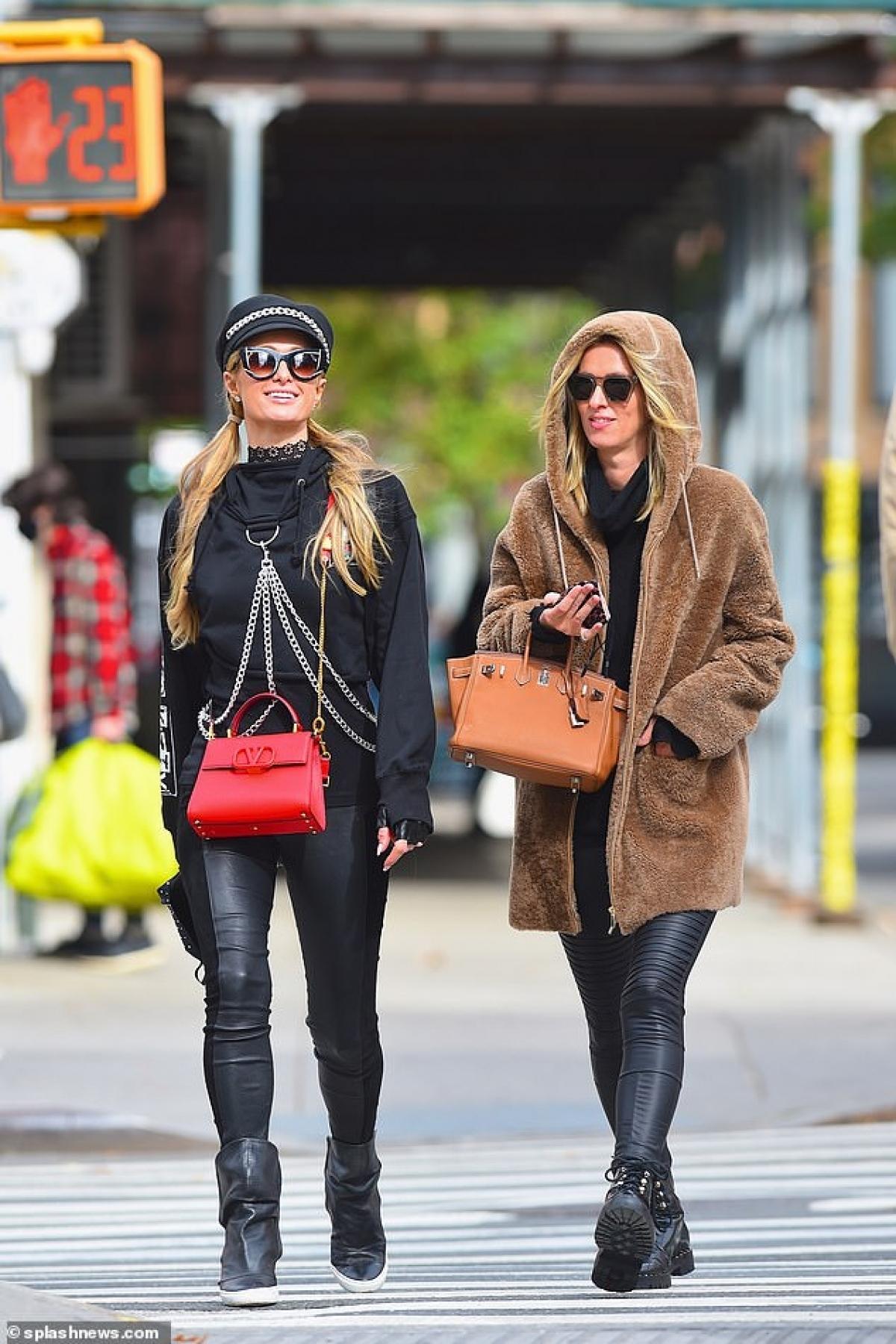 Trước đó, Nick Hilton và chị gái Paris Hilton bị cánh săn ảnh bắt gặp sánh đôi cùng nhau trên phố.