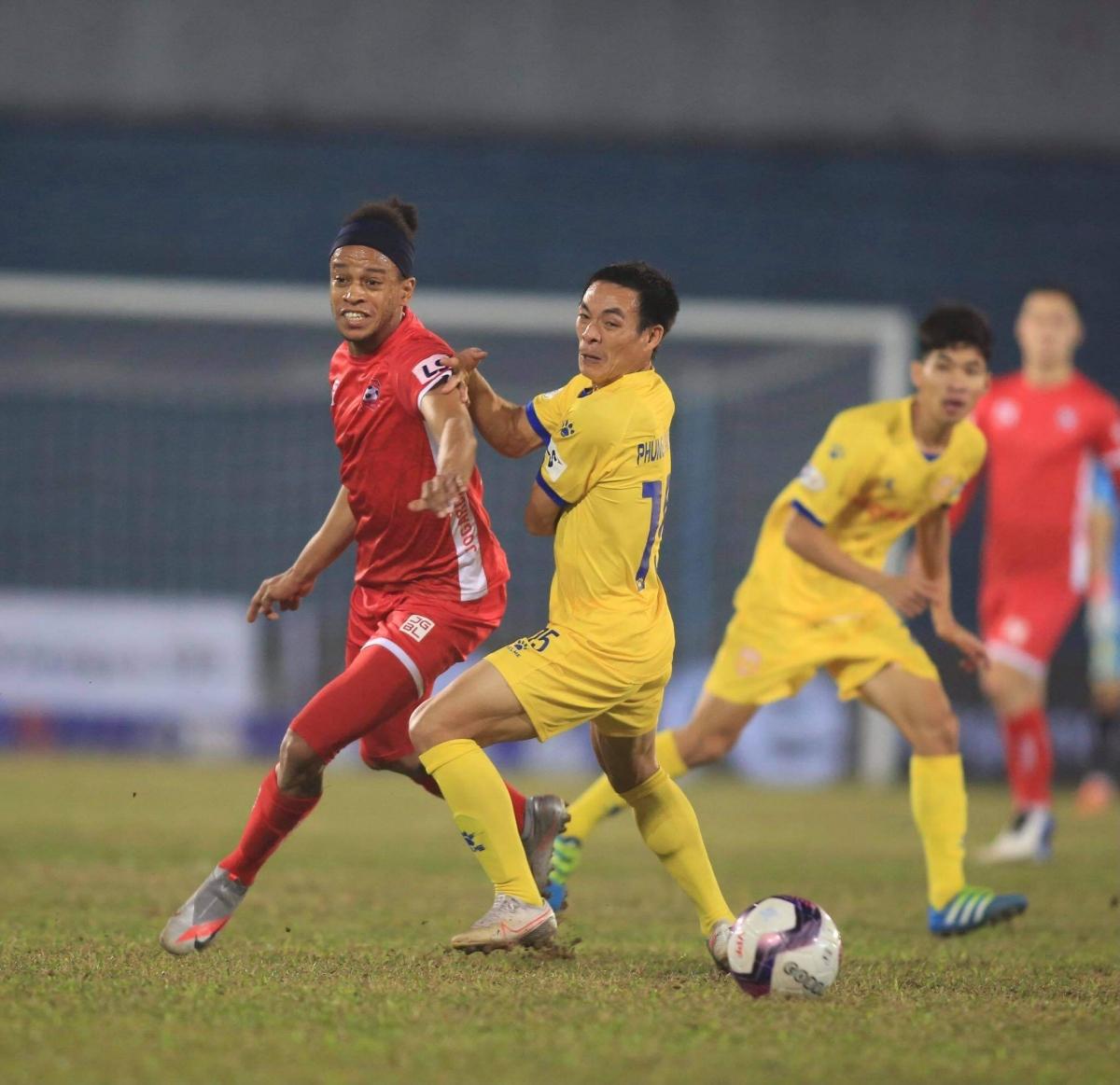 Hàng thủ Nam Định chơi không tốt ở trận này. (Ảnh: Minh Hoàng)