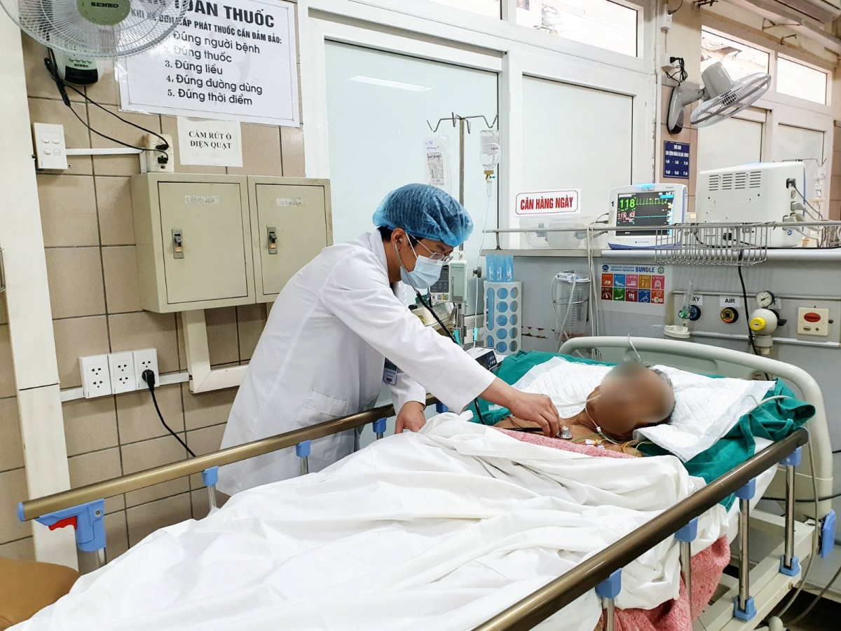 BS. Nguyễn Đăng Đức đang thăm khám cho bệnh nhân. (ảnh: BVCC)
