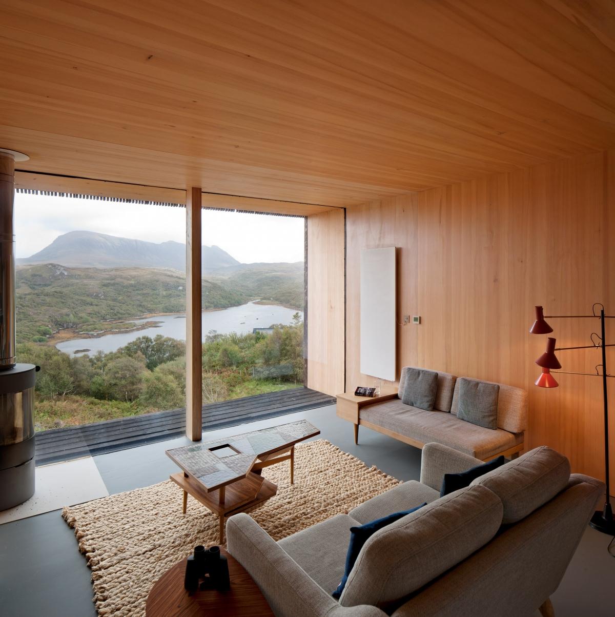 Lớp gỗ tối màu có rãnh được sử dụng cho hành lang, trong khi màu gỗ nhạt hơn dùng cho phòng ngủ và phòng khách. Nội thất đều theo tông xám, trầm, song tường ốp gỗ sáng mang lại cảm giác ấm áp.