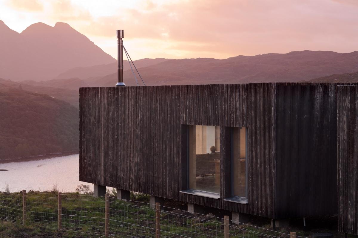 Nhìn từ xa, ngôi nhà với kiến trúc ấn tượng song hoà hợp với thiên nhiên.