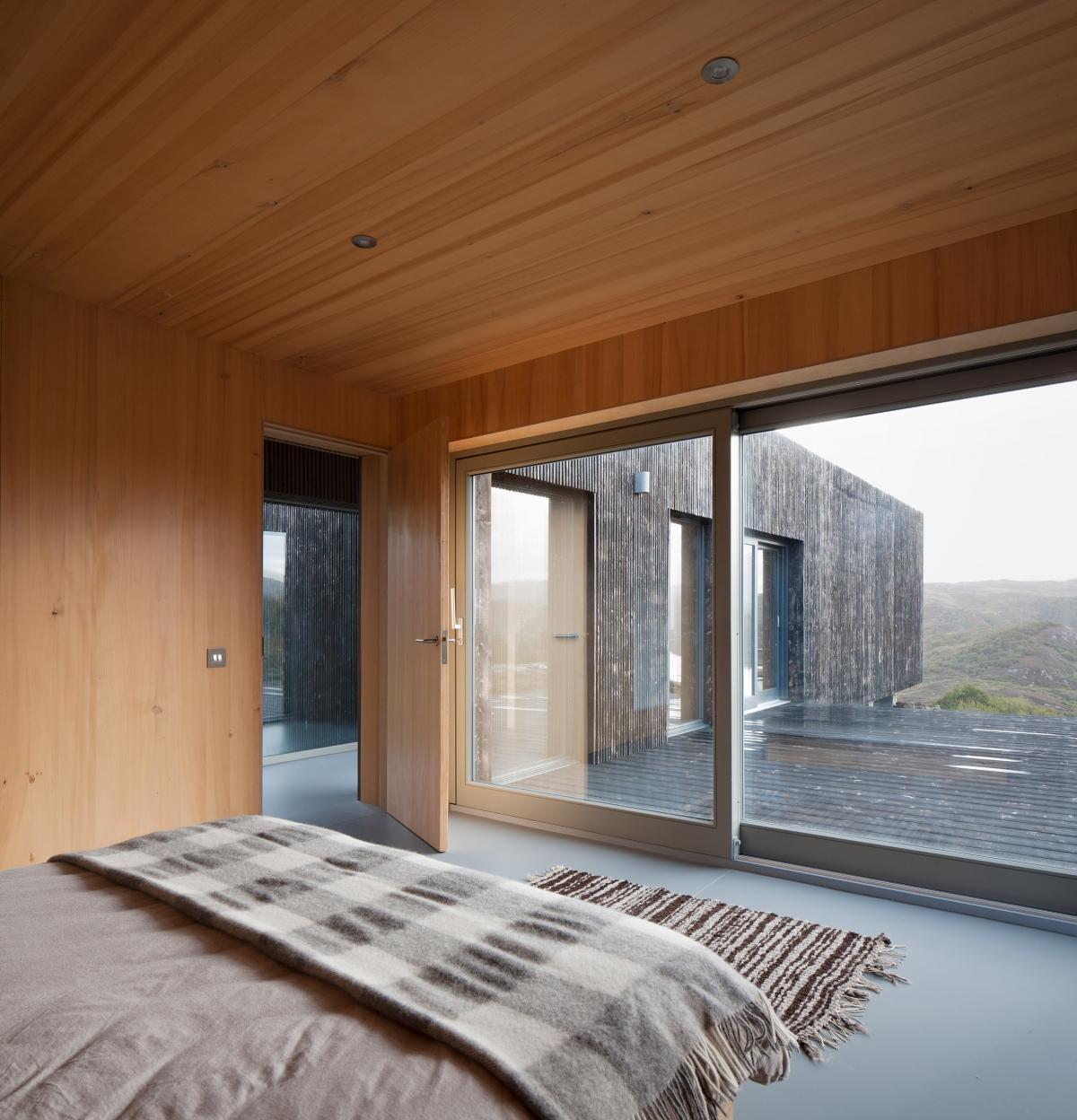 Cửa kính trượt nhìn ra khoảng không rộng lớn bên ngoài và vẫn có tác dụng giữ ấm vào mùa đông lạnh giá.