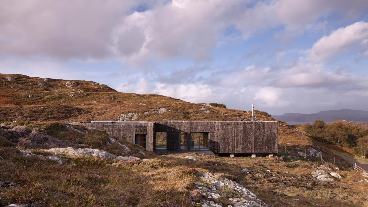 Những kiến trúc sư của Mary Arnold-Forster đã sử dụng những tấm ván gỗ thông để làm vật liệu chính cho công trình độc đáo ở Nedd, cao nguyên Scotland.
