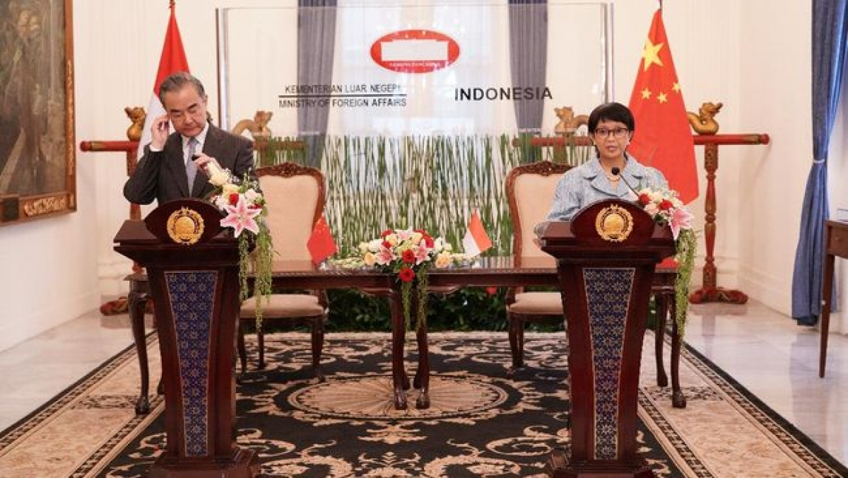 Ngoại trưởng Indonesia Retno Marsudi (trái) và Ngoại trưởng Vương Nghị (Nguồn : Bộ NG Indonesia)