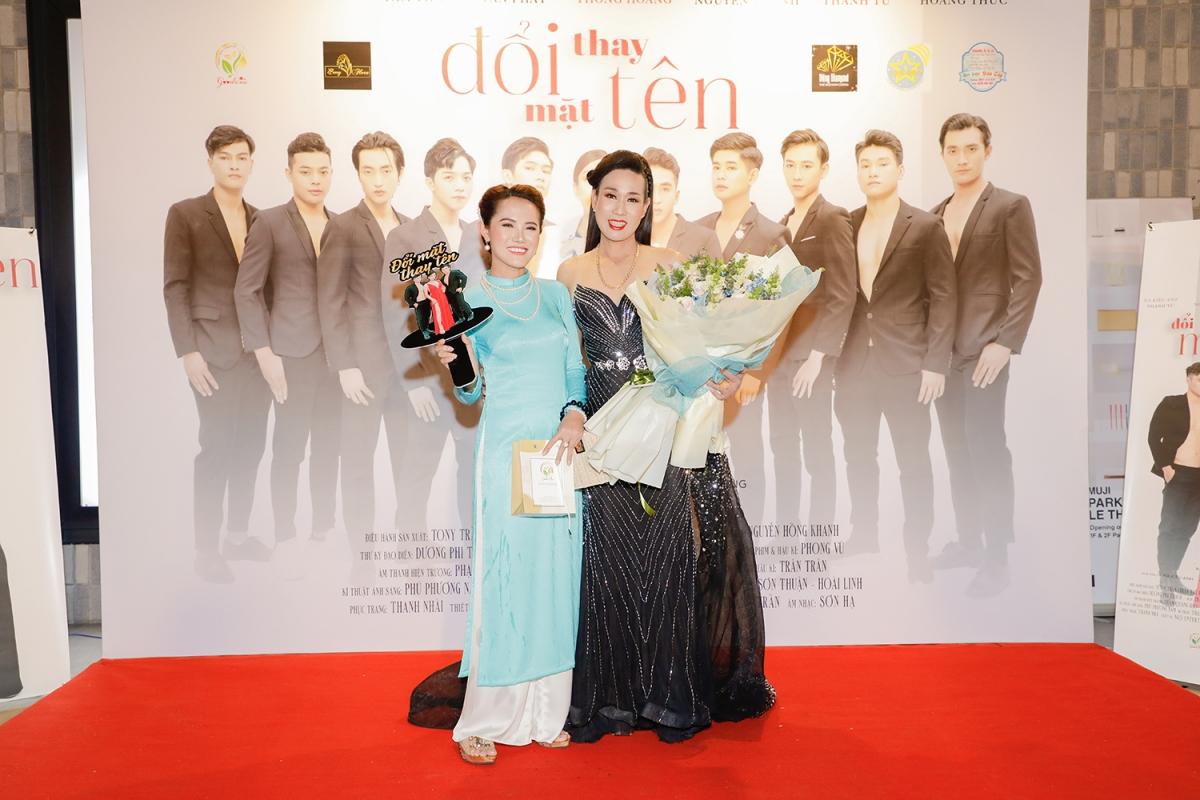Nhiều nghệ sĩ đến chúc mừng Hà Kiều Anh.