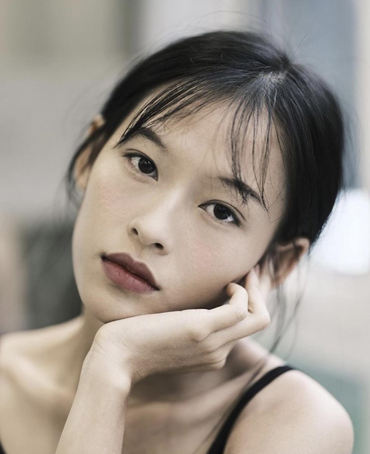 Thậm chí, cộng đồng mạng Trung Quốc còn cho rằng vẻ đẹp của nữ người mẫu sinh năm 1999 đúng chuẩn gu mà vị đạo diễn tài ba Trương Nghệ Mưu luôn tìm kiếm.