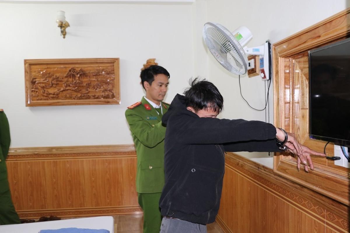 Trần Văn Ninh chỉ nơi lắp đặt camera ghi hình các cặp đôi trong nhà nghỉ