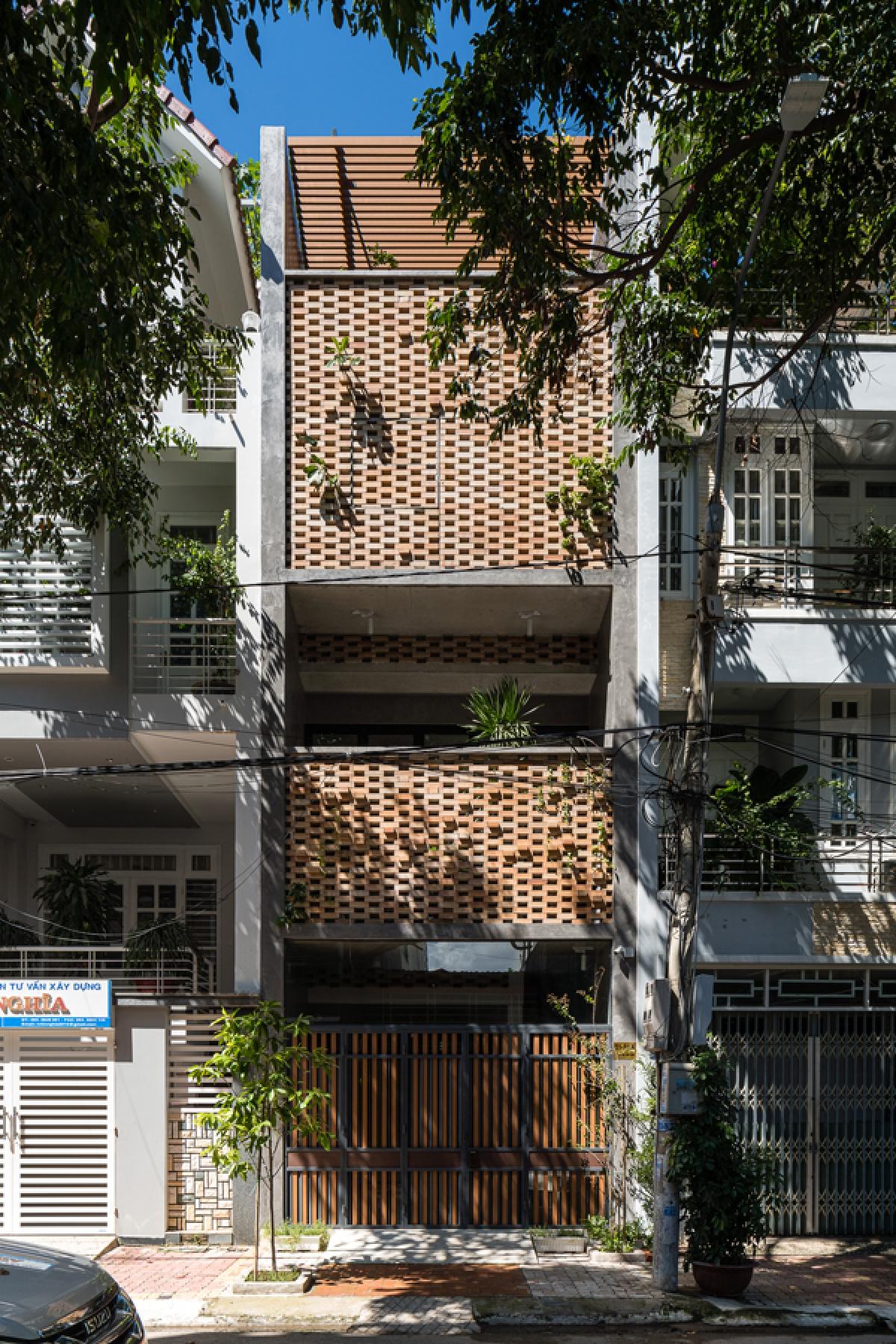 Ngôi nhà phố nằm ở thành phố Vũng Tàu (tỉnh Bà Rịa – Vũng Tàu) có diện tích xây dựng 68m2, được thiết kế làm nhà ở kết hợp kinh doanh. Công trình nằm trong vùng nắng nóng nhiều và có mặt tiền quay hướng Tây nên bên cạnh các nhu cầu công năng cần đáp ứng thì giải pháp chắn nắng, chống nóng được chủ nhà quan tâm và kiến trúc sư hết sức chú trọng.