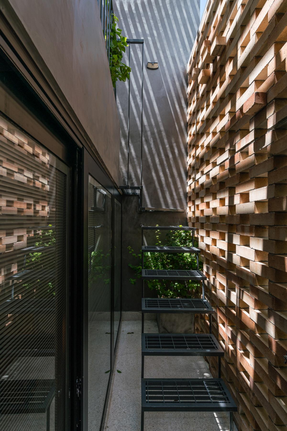Giữa hai lớp áo – kết cấu bao che là khoảng trống dành cho cây xanh và để không khí luân chuyển, đối lưu góp phần giảm nhiệt do nắng chiếu.