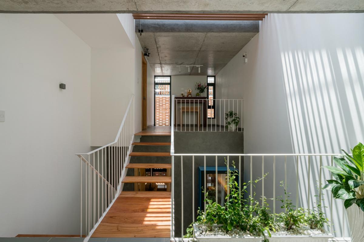 Cầu thang và lan can được thiết kế thưa, thoáng, màu sáng để tăng cường thông gió cũng như cảm giác nhẹ nhàng cho thị giác.