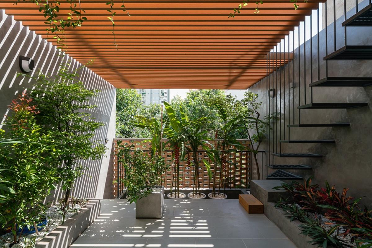 Sân thượng là một khu vườn thu nhỏ với nhiều cây xanh. Bên trên có hệ lam chắn nắng để giảm bức xạ nhiệt xuống sàn./.