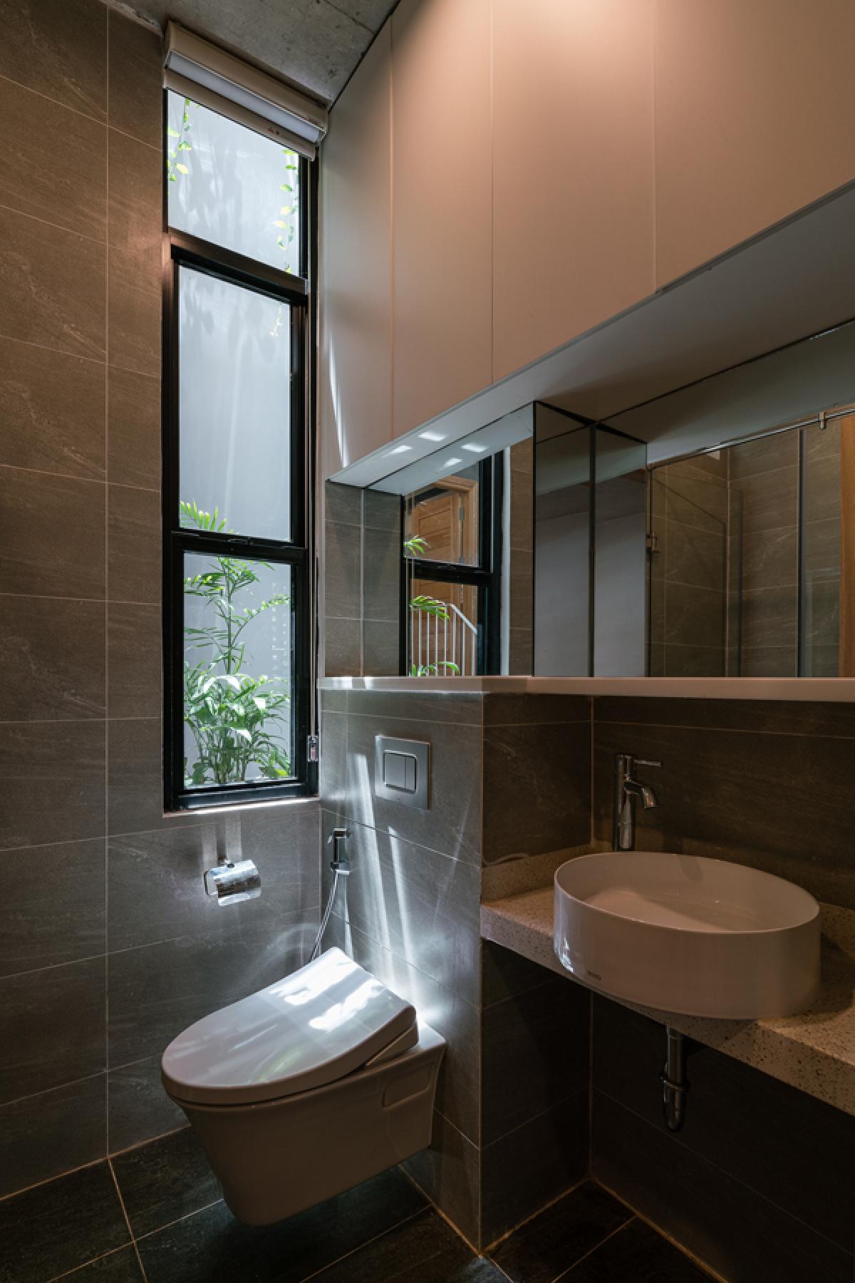 Phòng vệ sinh tuy không rộng nhưng hiện đại, tiện nghi và cũng có thông thoáng tự nhiên thông qua giếng trời.