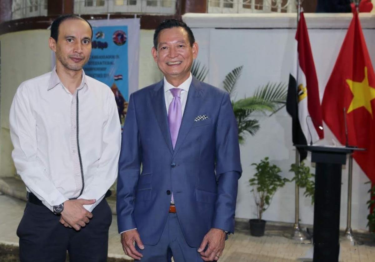 Nhà báo Hassan (trái) trong một lần tham dự sự kiện văn hóa tại Đại sứ quán Việt Nam