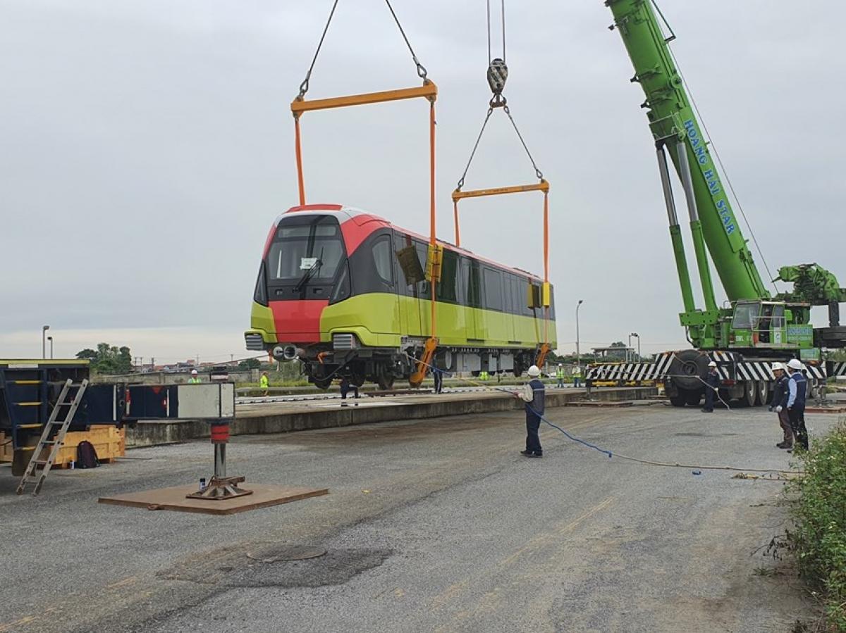 Cuối tháng 10/2020, đoàn tàu đầu tiên của Metro Nhổn - ga Hà Nội đã được đưa về ga S1 và hoàn tất lắp đặt trên ray sau hai tháng thi công