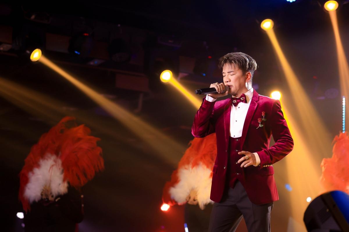 Nam ca sĩ Đàm Vĩnh Hưngkhuấy động sân khấu với loạt bản hit quen thuộc.