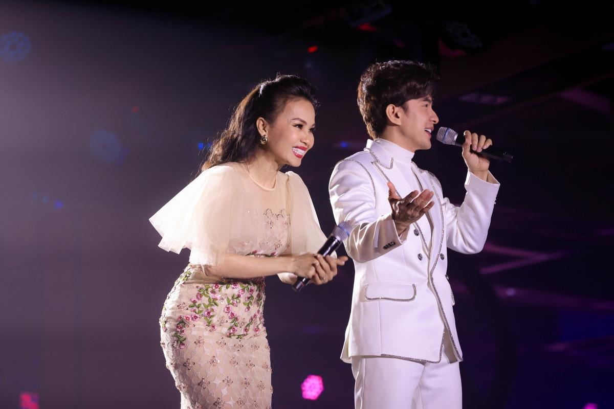 Sự xuất hiện củaCẩm Ly trên sân khấu cùng Đan Trường khiến người hâm mộ phấn khích.