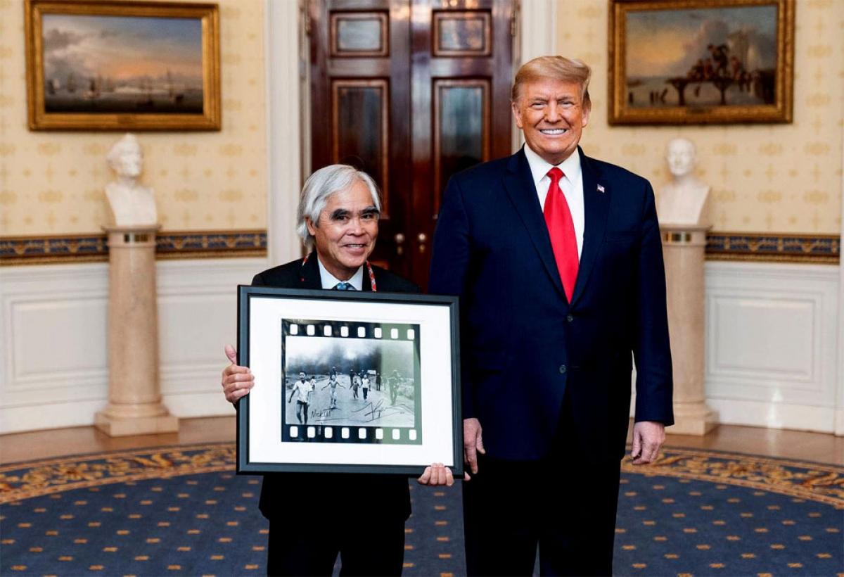 """Tổng Mỹ Donald Trump ca ngợi thành tựu và tác phẩm """"Em bé Napalm"""" của ký giả Nick Út tại Nhà Trắng, 13/1/2021. (Ảnh do Nick Út gửi cho CTV Giản Thanh Sơn)."""