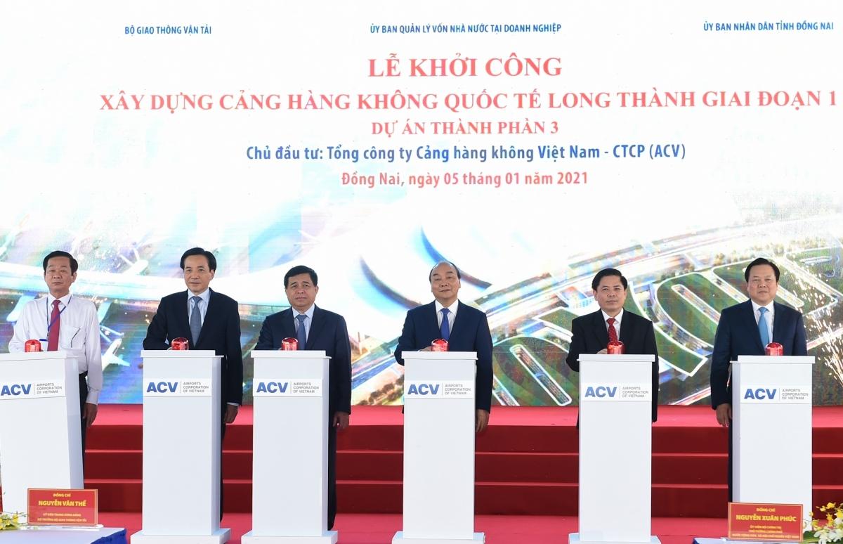 Thủ tướng Nguyễn Xuân Phúc và các đại biểu thực hiện nghi thức khởi công.