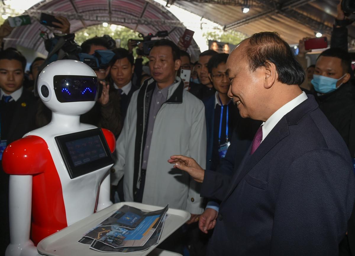 Thủ tướng Nguyễn Xuân Phúc tham quan gian hàng tại Triển lãm. Ảnh: VGP/Quang Hiếu