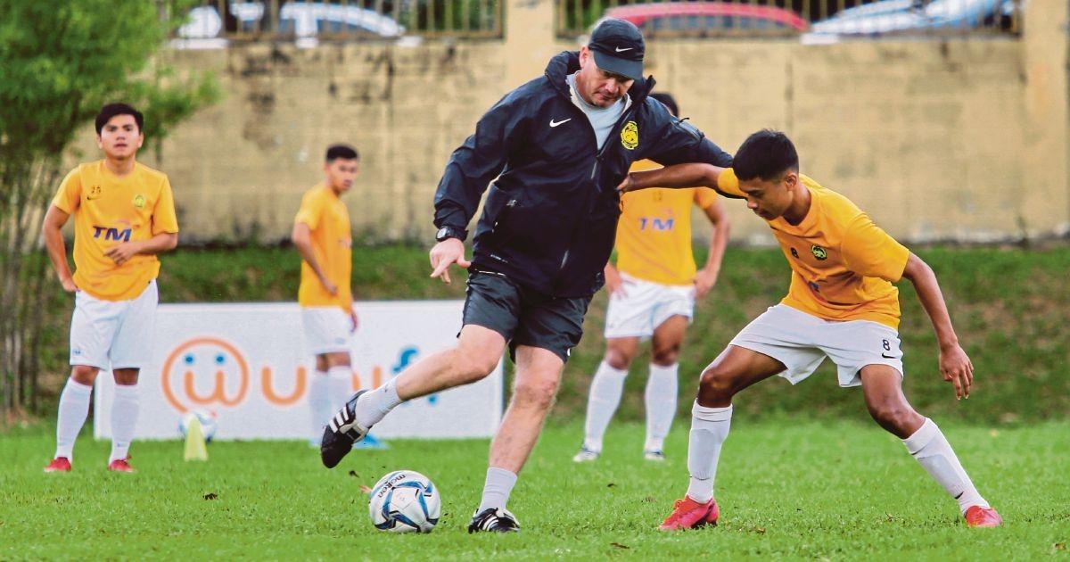 Bóng đá nam Malaysia sẽ dự SEA Games 31 bằng đội hình U19. (Ảnh: NST).