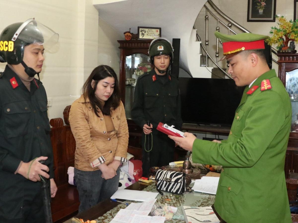 Cơ quan điều tra đọc lệnh khám xét khẩn cấp nhà đối tượng Đặng Thị Vân Anh. (Ảnh: C.A)