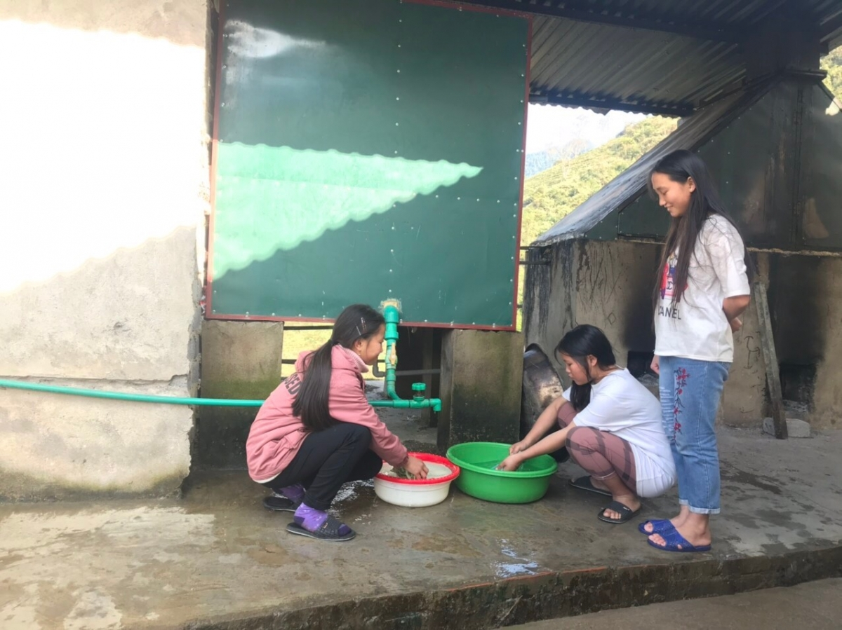 Học sinh Trường THCS và THPT Bát Xát (Bát Xát, Lào Cai) sử dụng nước nóng. Ảnh: NVCC