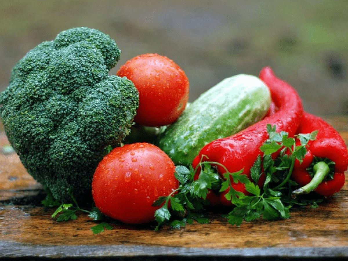 Rau xanh: Không chỉ giàu chất xơ, rau xanh còn là nguồn vitamin và khoáng chất dồi dào. Ăn nhiều rau xanh giúp làm chậm quá trình hình thành và phát triển các khối u xơ trong tử cung.