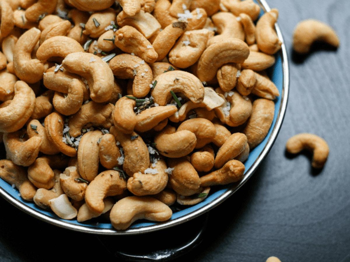 Các loại quả hạch: Các loại hạt và quả hạch có vai trò thiết yếu đối với sự sản sinh hormone trong cơ thể. Các loại quả hạch và hạt như hạnh nhân, hạt điều hay hạt lanh rất giàu omega-3 giúp loại bỏ u xơ và giảm nguy cơ ung thư cổ tử cung.