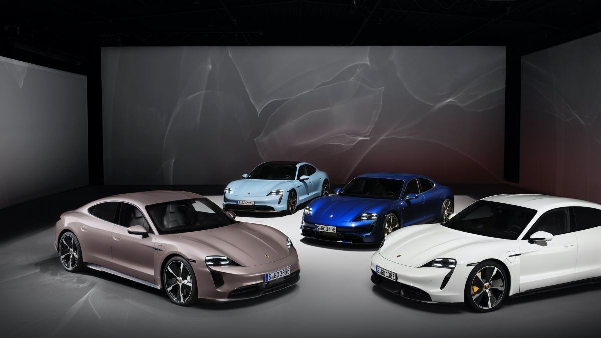 Nền tảng điện của Porsche Taycan tiêu chuẩn sẽ cho phép chiếc xe sạc pin từ 5% lên 80% trong vòng 22,5 phút ở các trạm sạc tốc độ cao hoặc cần 5 phút để giúp xe đi được 96 km. Khách hàng cũng có thể mua thêm tùy chọn bộ onboard charger giúp chuyển đổi nguồn điện gia đình thành điện ba pha, cung cấp khả năng sạc công suất 22 kW ngay tại nhà. Bộ sạc này giúp xe sạc đầy pin trong khoảng vài giờ đồng hồ.