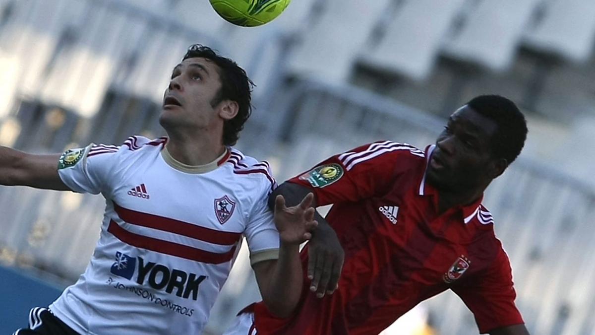 Oussou Konan (áo đỏ) trong màu áo Al Ahly năm 2012. (Ảnh: FIFA).