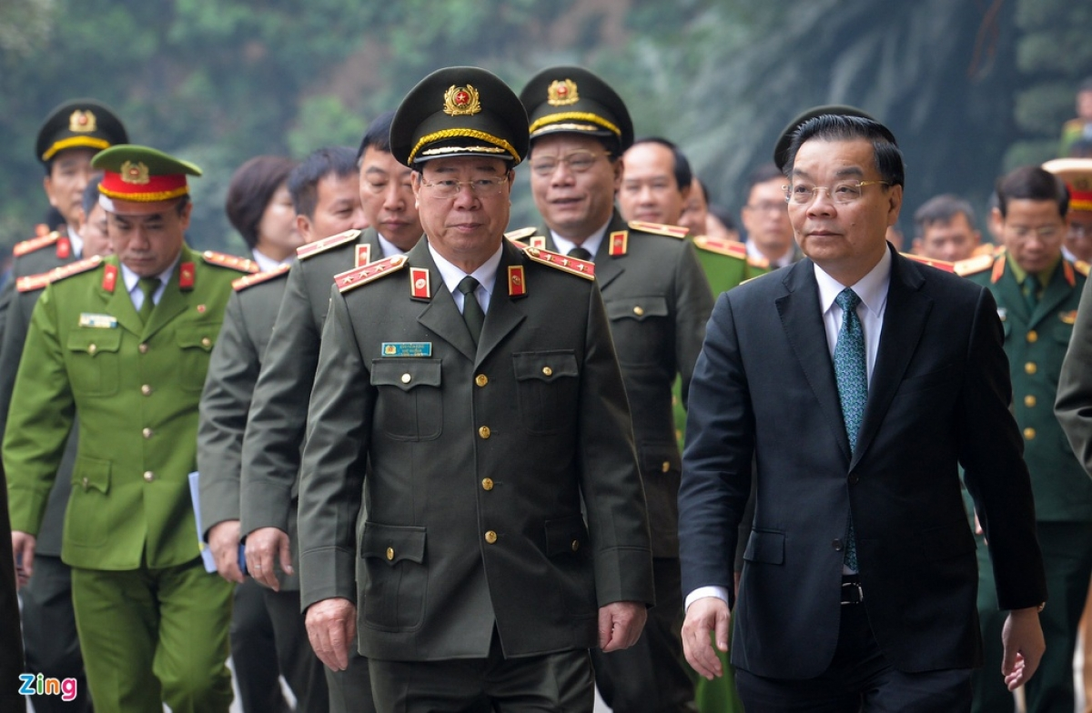 During the launch ceremony, Chu Ngoc Anh, chairman of the Hanoi administration (R), urges public security forces to guarantee absolute security and safety for the National Congress and those to attend the event.(Photo: Viet Hung/ Zingnews.vn)