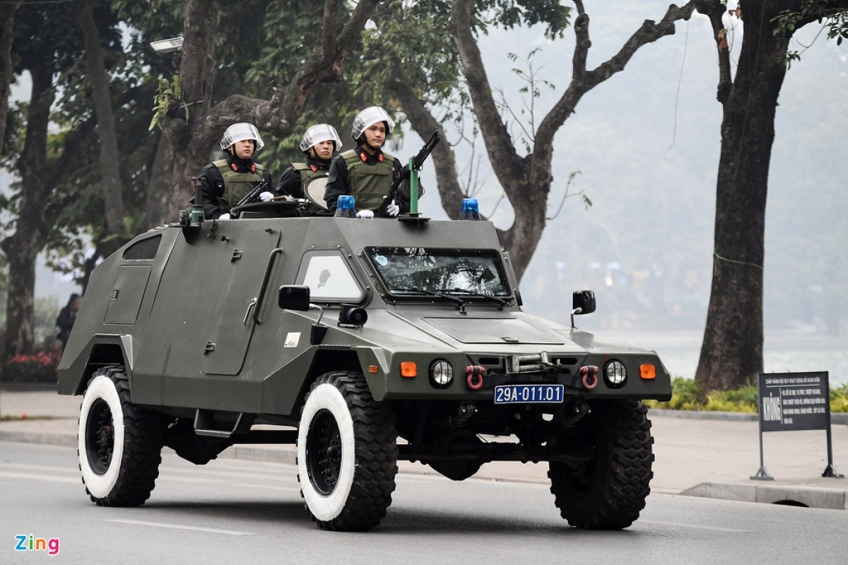 Security forces travel in armored vehicles along the banks of Ho Hoan Kiem (Returned Sword Lake), one of the typical landmarks in the capital city. (Photo: Zingnews.vn)