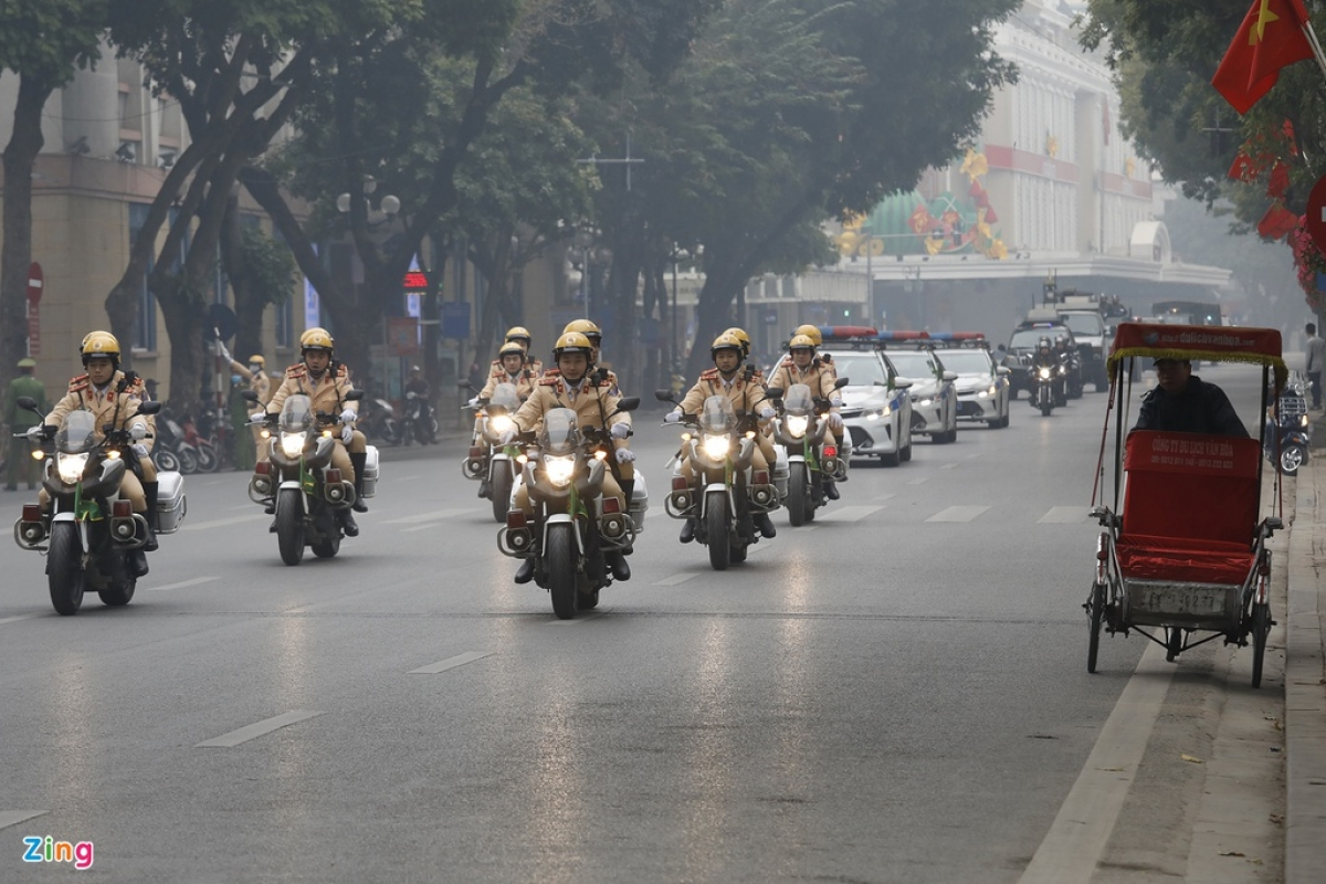 A convoy of police on Dinh Tien Hoang street (Photo: Zingnews.vn)