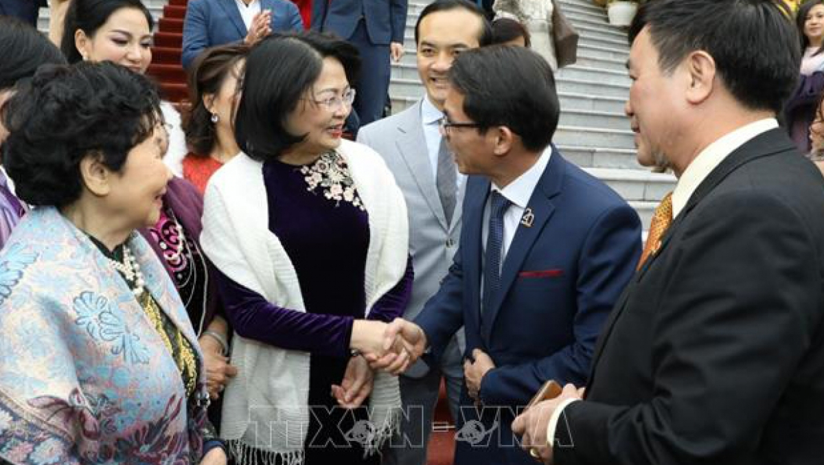 Phó Chủ tịch nước Đặng Thị Ngọc Thịnh với các nhà tài trợ Quỹ Bảo trợ trẻ em Việt Nam. (Ảnh: TTXVN)