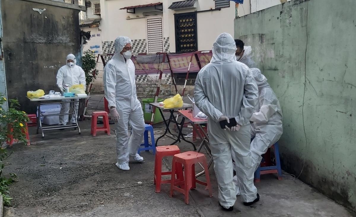 Liên quan đến chuỗi lây nhiễm từ ca bệnh 1342, cơ quan chức năng TPHCM đã xét nghiệm hơn 3.000 trường hợp tiếp xúc, phong tỏa nhiều khu dân cư liên quan.