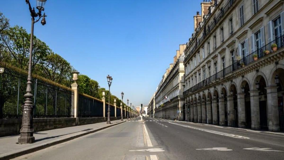 Phố Rivoli dọc bảo tàng Louvre ở trung tâm Paris không bóng người. (Ảnh: BFMTV)