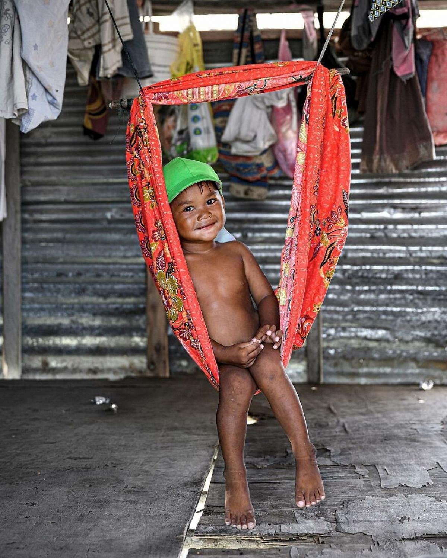 Chiếc võng tự chế của mẹ dành cho bé ở Malaysia./.